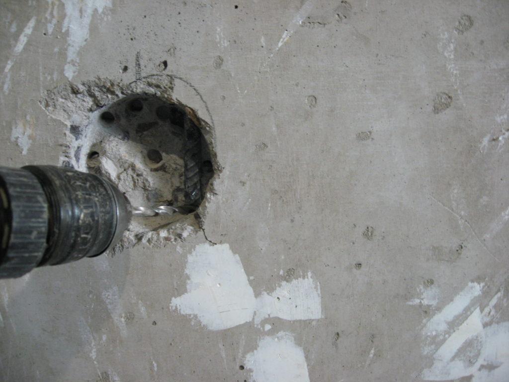 чем вырезать подрозетники в бетоне